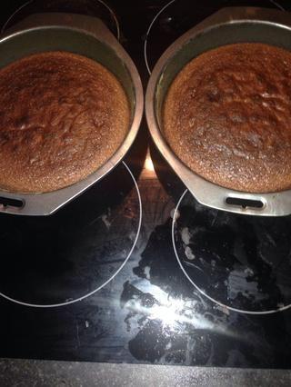 Una vez cocido, dejar enfriar durante unos 10 minutos antes de desmoldar en una rejilla para enfriar ahora para hacer el glaseado