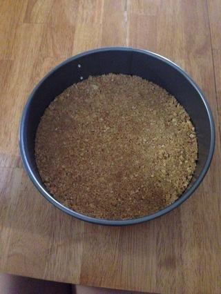 Mezclar la mantequilla y galletas graham y formar una costra en el fondo de un molde forma primavera pastel de 9 pulgadas