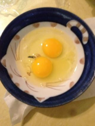 Romper 2 huevos enteros y 4 yemas de huevo y batir (yemas de huevo que no se muestra en la imagen)