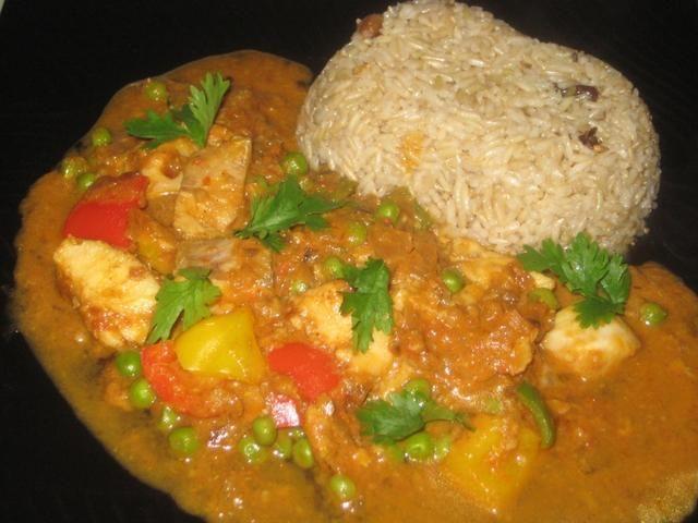Servir caliente con arroz, con guarnición de cilantro (culantro) hojas. Me fui para el arroz integral que le da al plato un toque nutritivo a un plato yummilicious.
