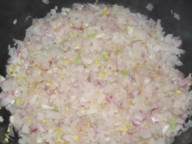 Un vistazo más de cerca como la cebolla está cocinando. El calor debe ser medio como desea la cebolla para cocinar lentamente y caramelizar.