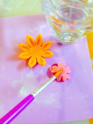 Para obtener más adelantado mirada par dos flores de colores diferentes (grandes en la parte inferior y pequeñas en la parte superior. Pegue junto con el agua (cepillar cuidadosamente no lo más húmedos)