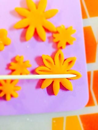 Utilice pincho para formar los pétalos. Usa tu imaginación.