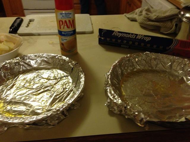 Coloque papel de aluminio en el plato de la empanada continuación, agregue una buena cantidad de Pam por lo que doesn't stick