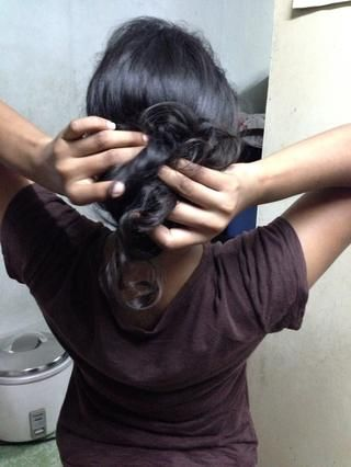 Divide tu cabello en el arranque top..and a empujar el cabello y ajustarlo spray para el cabello nicely.Use si needed.For fácil comprensión pls ver el vídeo.