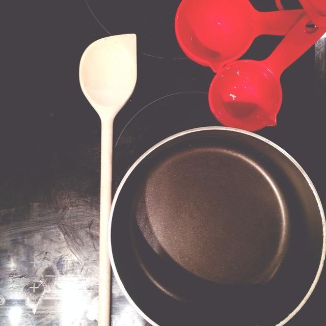 Herramientas: Cazuela, tazas de medir, cuchara, tenedor, tabla de cortar