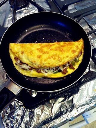 Doblar la tortilla una y calor hasta que el queso se derrita.
