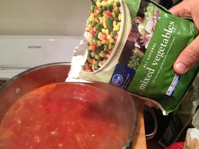Añadir todo 1 paquete de vegetales mixtos congelados.