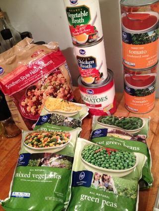 En este caso yo uso sopa confeccionada condensada de tomate y bolsas de verduras congeladas y un poco de caldo de pollo y verduras en conserva.