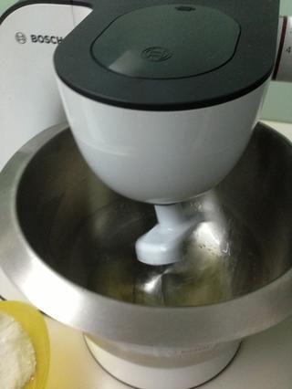 Mientras tanto, batir las claras de huevo. Añadir el azúcar poco a poco. También agregue la crema de tártaro