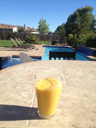 Ahora disfrutar de su batido de mango y tener un hermoso día! (PS me salté el hielo añadiendo porque el jugo de la leche y naranja ya estaban muy frío, así que yo no't need to )