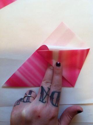 (No tenía idea de que cambié el color de papel en You-lo siento.) Meta ese triángulo blanco en el bolsillo.