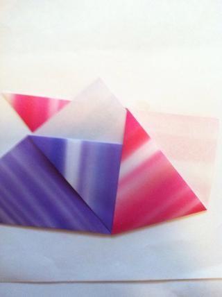 Slip uno en el otro. En este caso, púrpura va en el bolsillo de la rosa. La punta inferior de la púrpura será apenas en ese bolsillo.