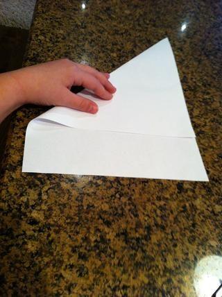 Dobla el papel por lo que la punta se alinearon a lo largo de toda la línea, pero todavía tiene un hueco