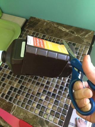 Gire la botella y cortar a través de una última vez y luego cortar hacia abajo ya través de hacer una ventana 3sided.