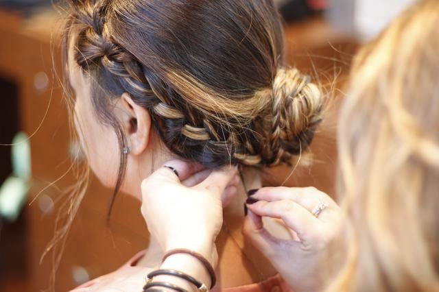 Pin encima de los trozos que están fuera de lugar, rocíe con spray para el cabello para no perder la cabeza.