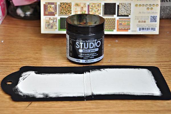 Pintar los bordes de la etiqueta de marfil con gesso negro. Puntuación de la etiqueta a las 4 y 4.35