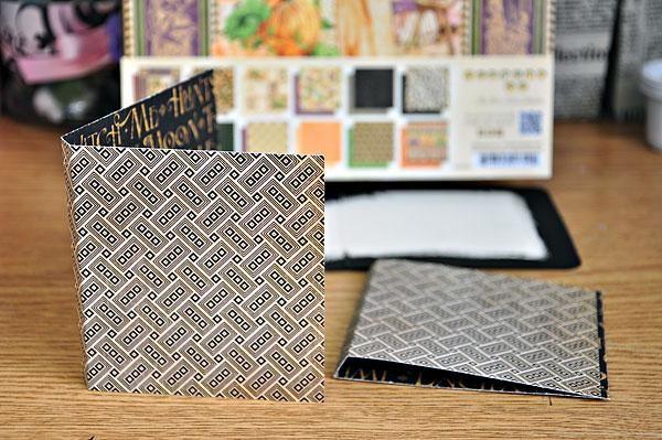 Corte un pedazo de papel 3.5x7.5 (yo usé un papel 8x8). Puntuación en 3.9 y 4.25. Esto será para la portada. Corte otro pedazo de 3.5x7.5 papel y marcador en 3.5 y 3.9 (esta será la cubierta interior).