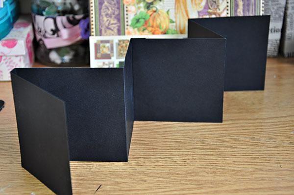Para el álbum acordeón, cortar 2 piezas 3.5x11.6 de cartulina negro (yo usé A4 cartulina de tamaño). Puntuación en el 3,5 y el 3,9. A partir de 3.9, la puntuación en cada 3.45 pulgadas. Se adhieren a los dos cartulinas juntos. Doblez del Valle.