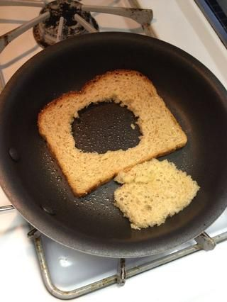 Añadir el pan con mantequilla (incluyendo el pan desde el agujero) y cocine durante aproximadamente 20 segundos