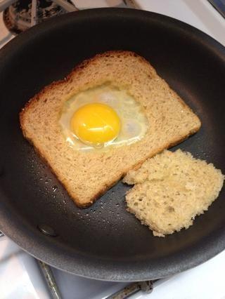 Añadir el huevo. Usted va a un huevo frito a fuego medio-estilo así que voltear todo después de un minuto.