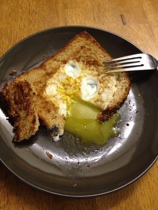 Pan la yema abierto y disfrutar. Puede el plato con el pan del agujero para empaparse de la yema de grasa MacGyver.
