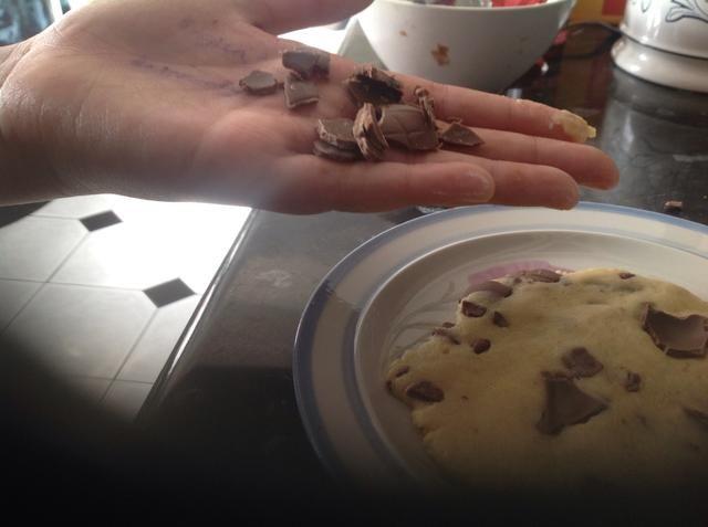 Añadir pedacitos de chocolate adicionales en la parte superior para decorar