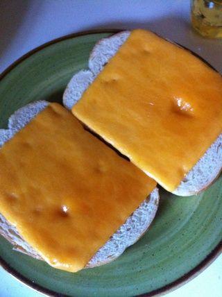 Cuando casi tostado, agregar el queso y poner de nuevo en el horno para fundir. Unos 30 segundos por lo general lo hace.
