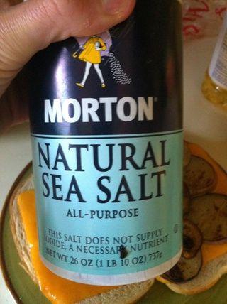 Se espolvorea con una pizca de sal en la parte superior de la berenjena. Berenjena a veces puede tener un sabor amargo ligero que sal neutraliza