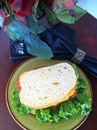 Ponga la lechuga sobre tomate y cerrar el sándwich