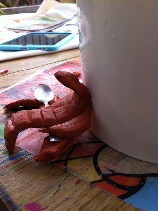 Hazte una serpiente de barro. Así es como lo dejamos secar con el cubo para sostenerlo para que se mantenga curvada.