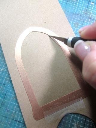 Antes de retirar la matriz, utilice una herramienta de X-acto y cortar por el interior del arco en forma de matriz.