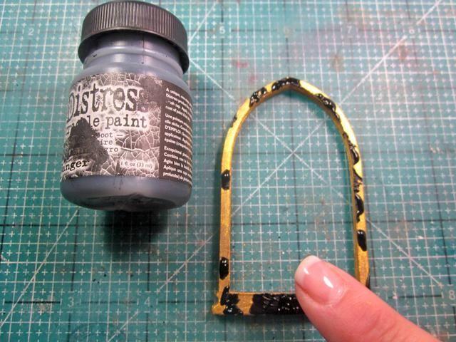 Dab Negro hollín Distress Crackle Pintura al azar alrededor y se mezclan con el dedo dejando algo de la pintura de oro que mira a escondidas a través en su lugar. Una vez seco, pegar a su base y empezar a decorar el pin.