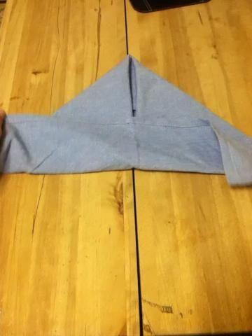 Doble la parte inferior de modo que la tapa está en la parte inferior del triángulo