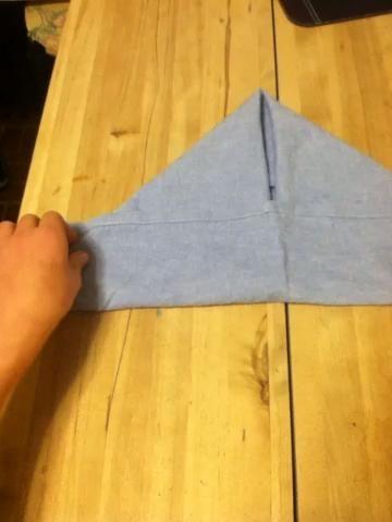 Dobla las esquinas hacia atrás y fild la parte superior si el triángulo hacia abajo