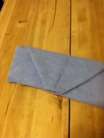 Coloque los cubiertos dentro. El piso evitará que los cubiertos se ensucie.