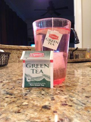 En primer lugar, hacer su té verde. Estoy usando una bolsa de té de Lipton. Recomiendo remojar el té por un poco más de lo normal, si usted planea usar la misma máscara de unos días en una fila.