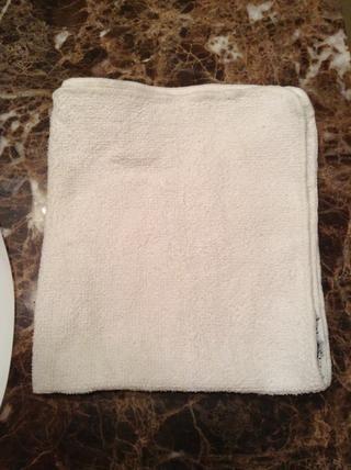 Después de haber dejado actuar durante unos 10 a 15 minutos, o cuando la máscara se ha endurecido, lave el exfoliante con agua tibia. Una regla de oro para recordar es lavar 7 veces para hacerlo por completo.