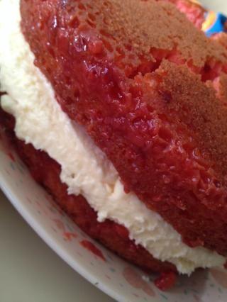 Coloque su segunda vuelta en la parte superior del lado puré capa de queso hacia abajo. A decir verdad, su pastel probablemente romper un poco. Don't worry, the cracks will be filled in with your topping.