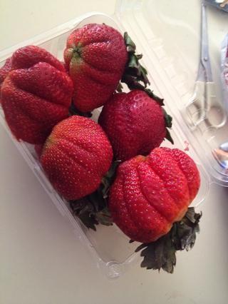 Cortar algunas fresas frescas y colocarlos en la parte superior de la torta.
