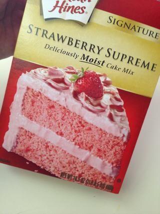 Coloque la mezcla de fresa Supremo Cake en un bol y añadir los ingredientes como se indica en la caja.
