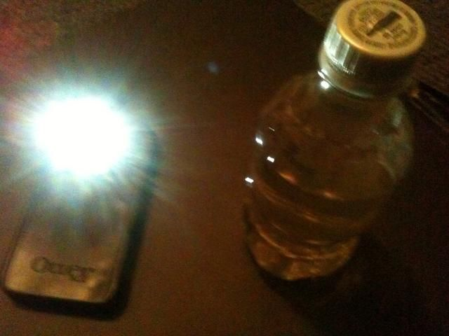 Todo lo que'll need is a cellphone with a flashlight/app and a bottle of water (remove label).