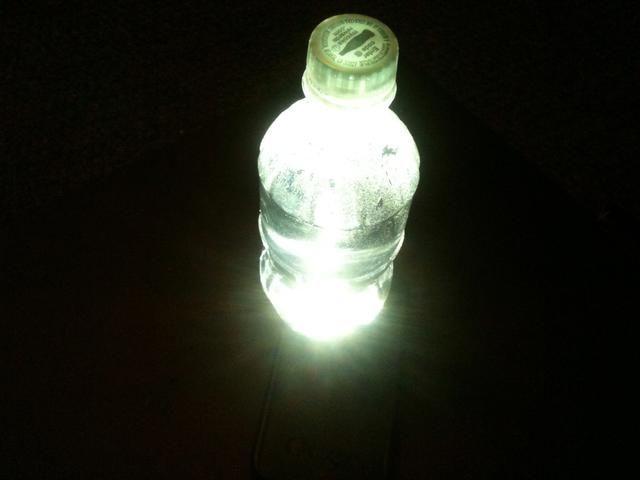 Ponga la botella de agua en la parte superior de la luz en el teléfono celular.