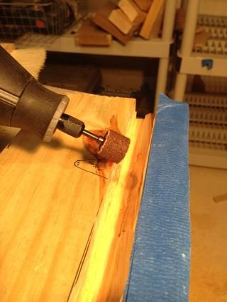 Usado Dremel para despegar el borde afilado. Utilice un toque ligero.