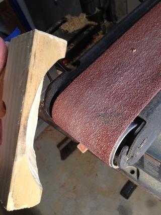 He utilizado una lijadora de banda para dar masajes a la madera para mi La semejanza. Fue un poco use guantes difíciles, recuerda la seguridad's third ...unless you mess up.