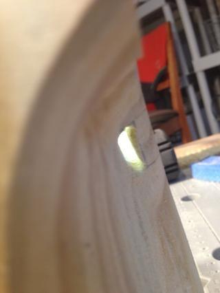 Lo hice, me hecho la conexión, tuvo que demostrar que el sonido viajará donde la luz puede ir, así que utiliza una linterna led para mostrarle el camino saltamontes. Usado Dremel con disco de lijado para limpiarlo.