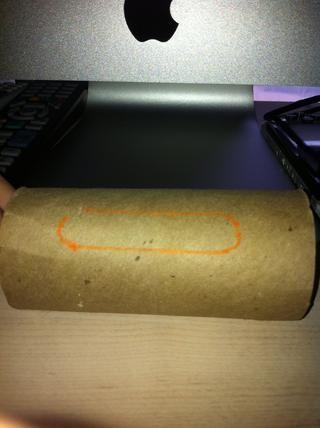 Utilice el utensilio de escritura para delinear su dispositivo. Tenga cuidado de no marcar para arriba.