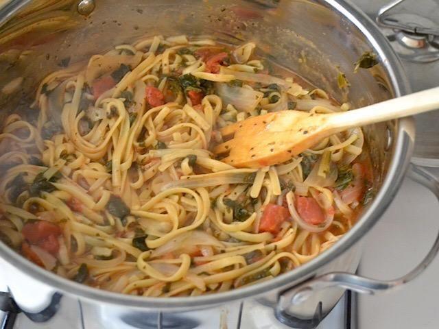 Cuando la pasta esté cocida, gire el el fuego y servir. SUGERENCIA: puede añadir un poco de pollo a la parrilla o camarones en la parte superior y un poco de queso feta o queso parmesano