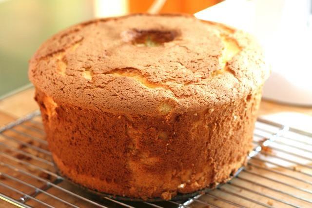 Cuando esté fría, gire el molde en posición vertical y afloje los bordes con un cuchillo. Levante la parte inferior para quitar el pastel. Afloje el centro y parte inferior.