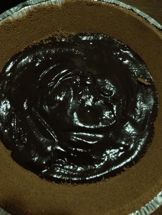 Este paso es totalmente opcional, pero hace que el sabor pastel realmente bueno! Sólo tiene que extender el chocolate derretido en la parte inferior de la corteza de pastel y dejar que se firme para arriba mientras que usted hace el resto de la tarta.